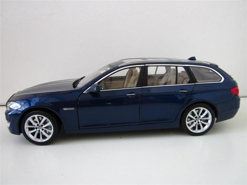 Side view of the BMW 550i Touring