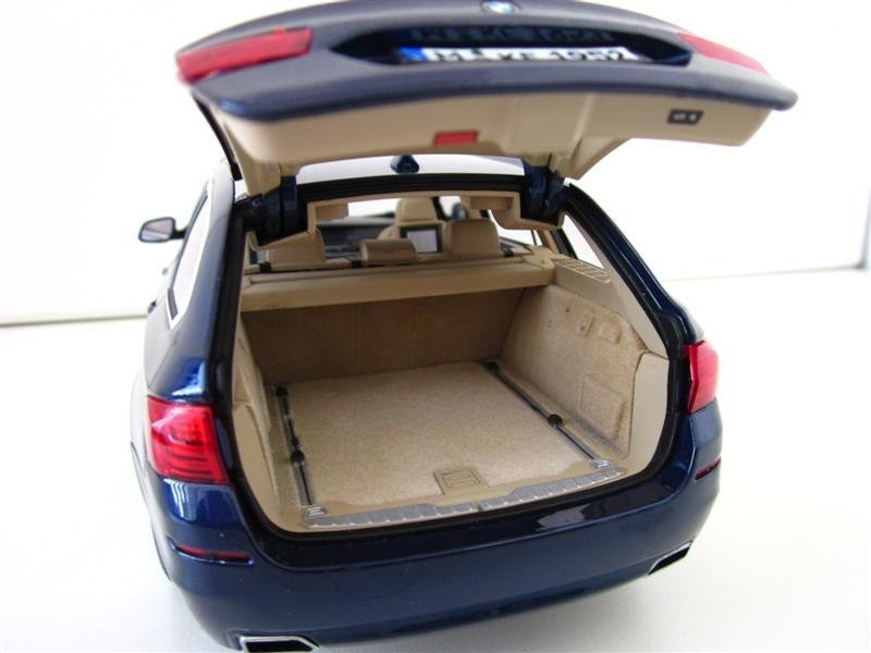 BMW 550i Touring trunk