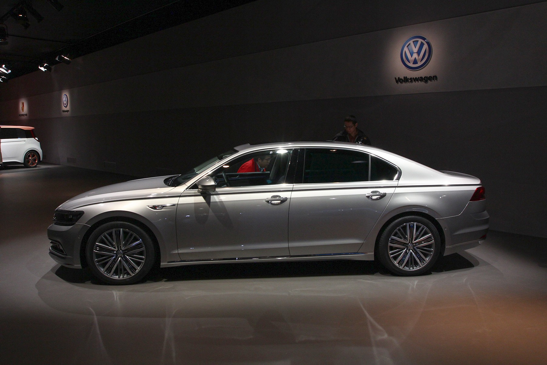 Volkswagen Phideon side view
