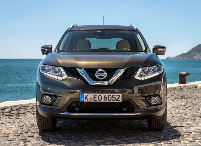 Front view of Nissan X-Trail