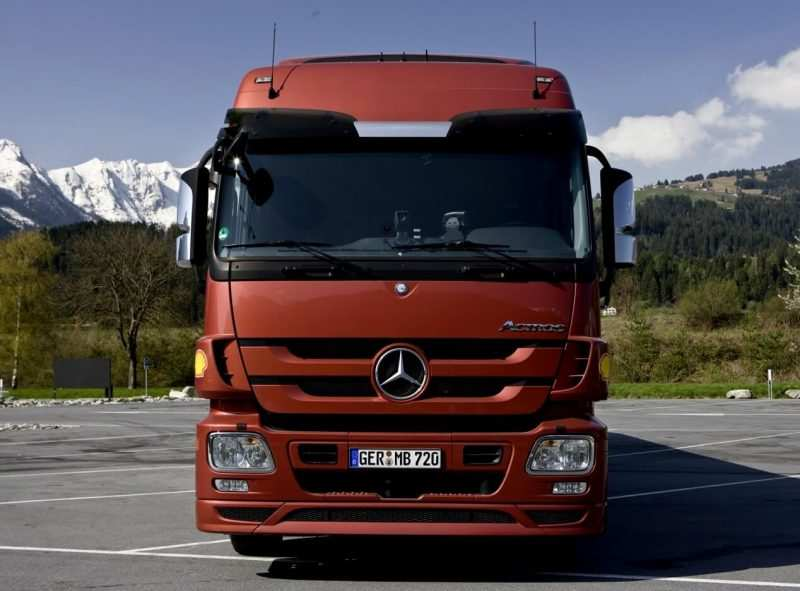 Mercedes Benz Actros (MP3) front view