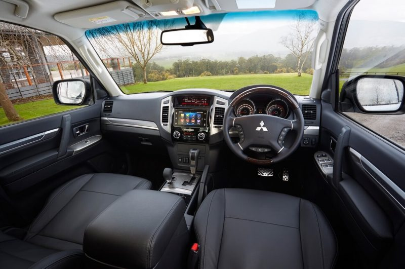 Mitsubishi Pajero 4 interior