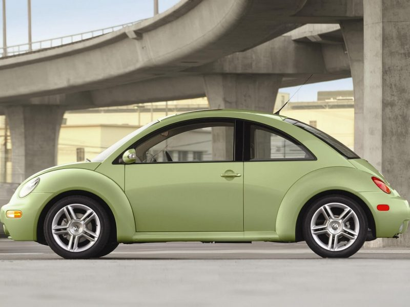 Volkswagen New Beetle view from the side